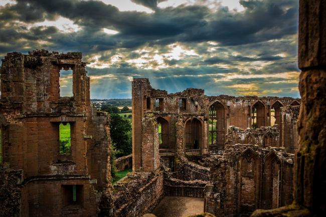 kenilworth castle rises from the ruins in minecraft recreation